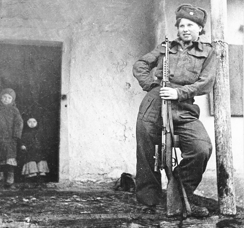 Czechoslovak sniper Valentina Benevska with scoped SVT-40
