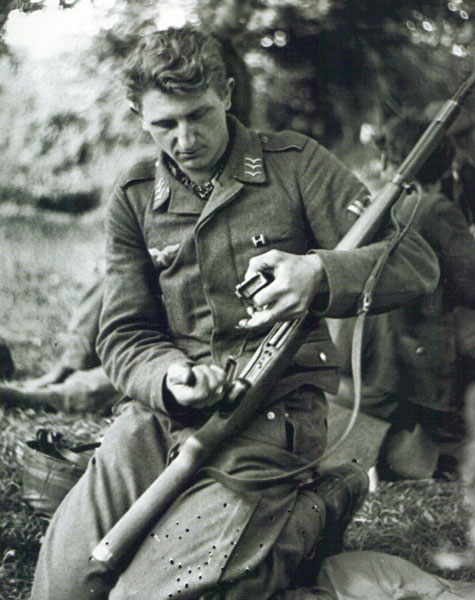 Fallschirmjager Obergefreiter cleaning G41 in Saint-Lo 1944