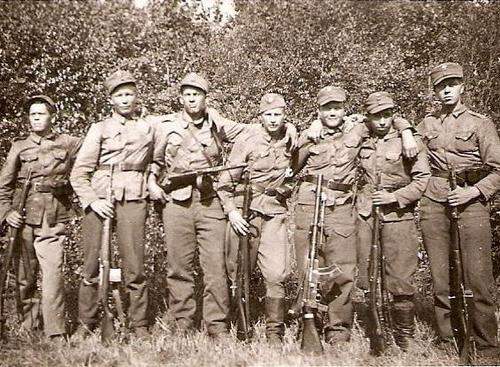 Finns during Continuation War 1941-44 - 2nd from left SVT-40