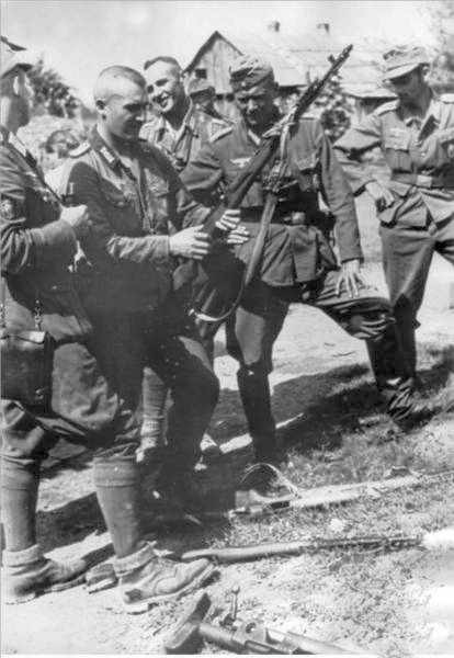 Group of Germans looking at SVT-40