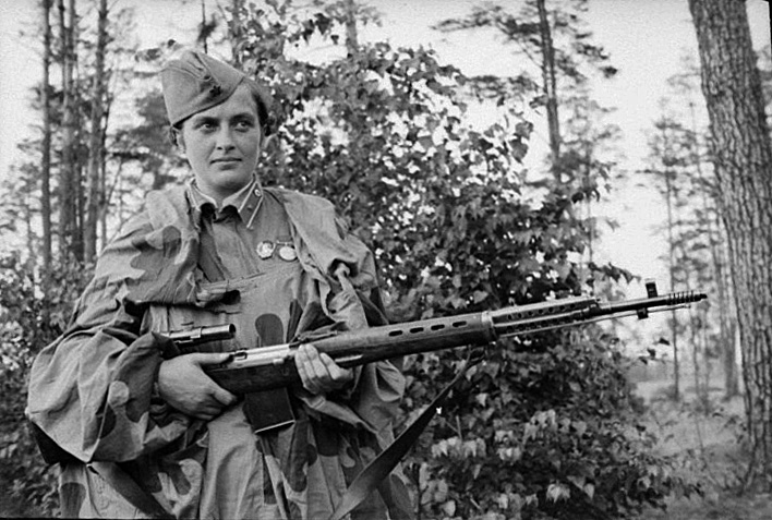Lyudmila Pavlichenko with scoped SVT-40